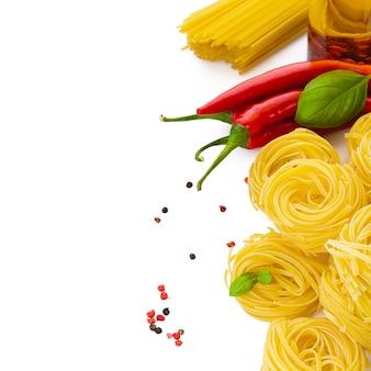 Pâtes au piment de basilic et huile d'olive épicée sur table blanche