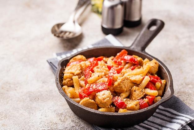 Pâtes au poulet et au poivre à la sauce tomate