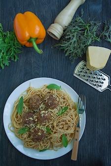 Pâtes aux boulettes de viande et persil à la sauce tomate