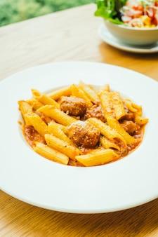 Pâtes aux boulettes de viande avec sauce