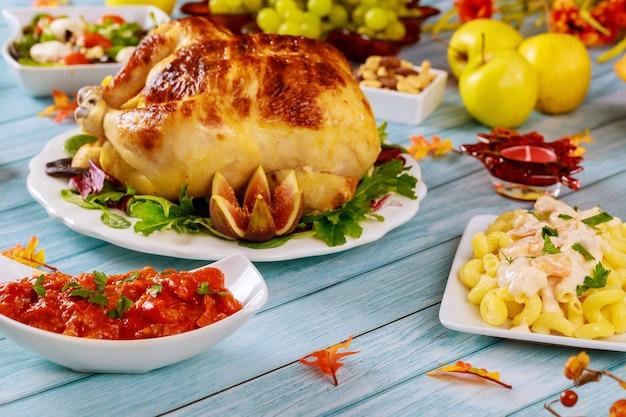 Pâtes aux crevettes, poulet et pommes sur table. table de thanksgiving day.