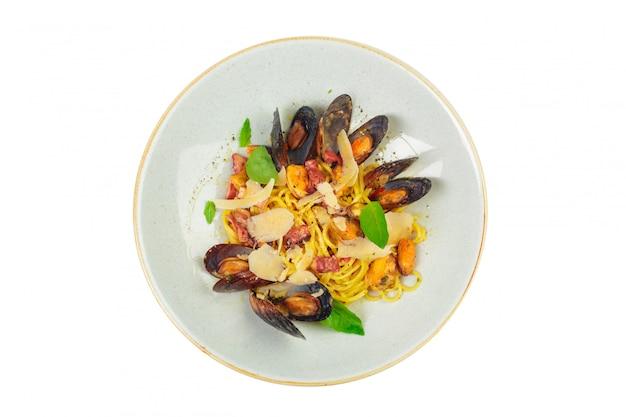 Pâtes aux fruits de mer isolés sur fond blanc se bouchent