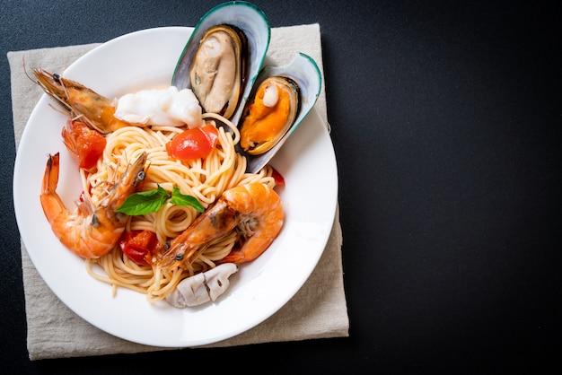 Pâtes aux fruits de mer spaghetti aux palourdes, crevettes, squis, moule