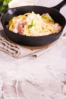 Pâtes aux lardons, poulet, parmesan et œufs brouillés