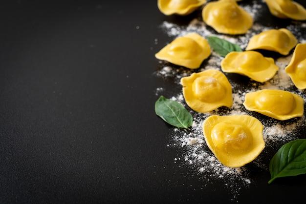 Pâtes aux raviolis italiens traditionnels - style de cuisine italienne