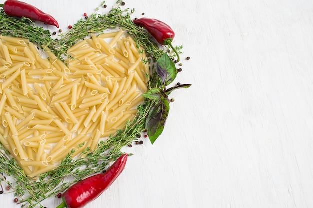 Pâtes, basilic, épices - cuisine italienne. alimentation saine, régime
