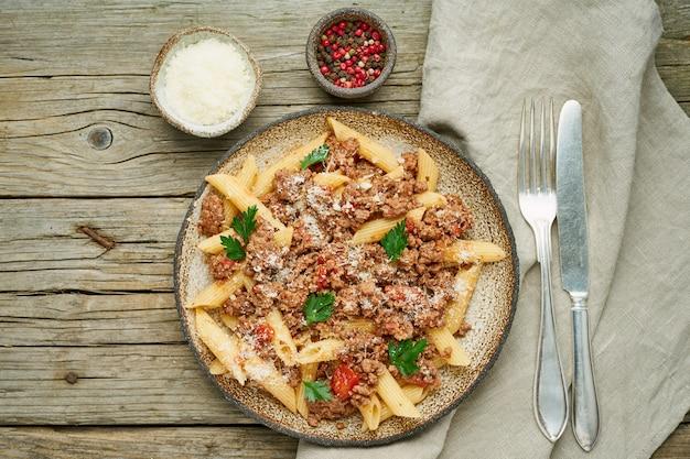 Pâtes bolognaises. fusilli à la sauce tomate, boeuf haché haché. cuisine italienne traditionnelle