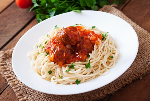 Pâtes et boulettes de viande à la sauce tomate