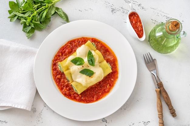 Pâtes cannellonis farcies à la ricotta et aux épinards sauce tomate