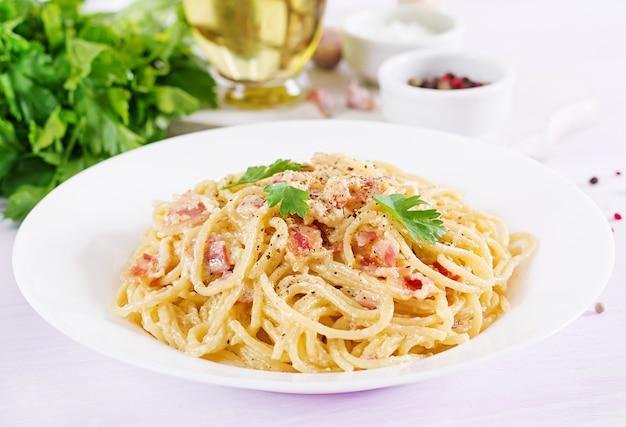 Pâtes Carbonara Classiques Faites Maison Avec Pancetta, œuf, Parmesan Et Sauce à La Crème. Photo Premium