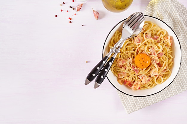 Pâtes carbonara maison classiques avec pancetta, œuf, parmesan dur et sauce à la crème.