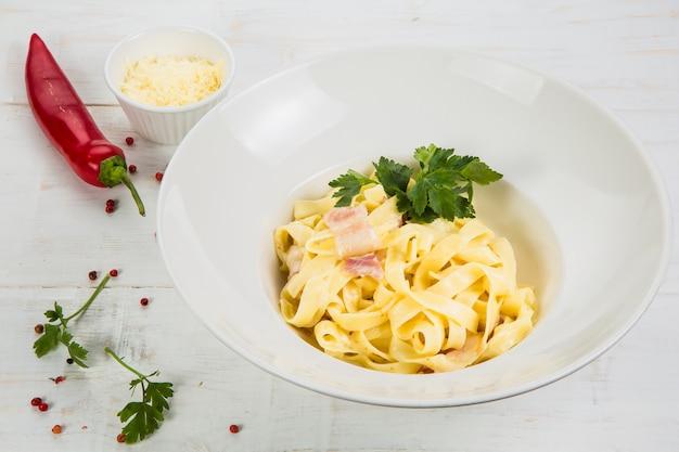 Pâtes carbonara, spaghetti, parmesan et sauce à la crème. cuisine italienne traditionnelle. pâtes alla carbonara
