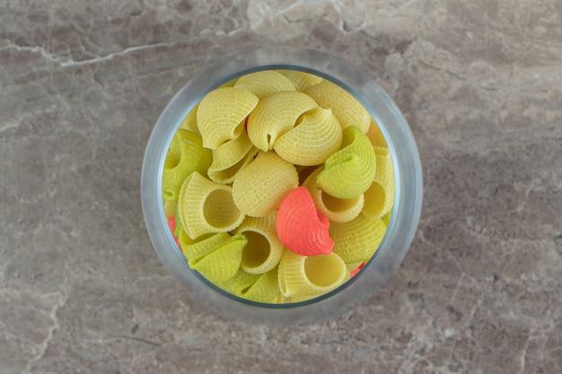 Pâtes colorées non cuites de conchiglie en verre