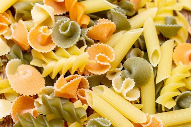 Pâtes colorées, spaghetti, macaroni, fond de pâtes bouchent