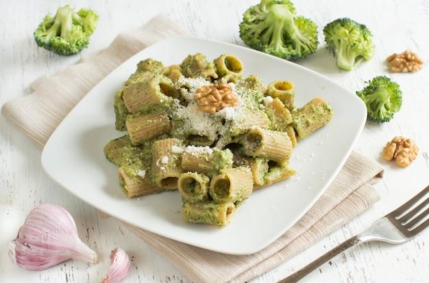 Pâtes complètes au brocoli et crème de noix