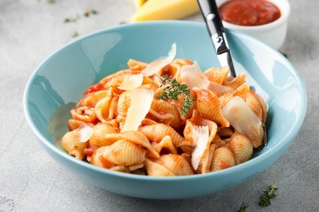 Pâtes conchiglioni (conchiglie, coquilles) à la sauce tomate