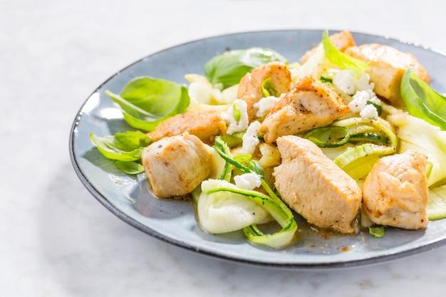 Pâtes de courgettes faibles en glucides avec du poulet