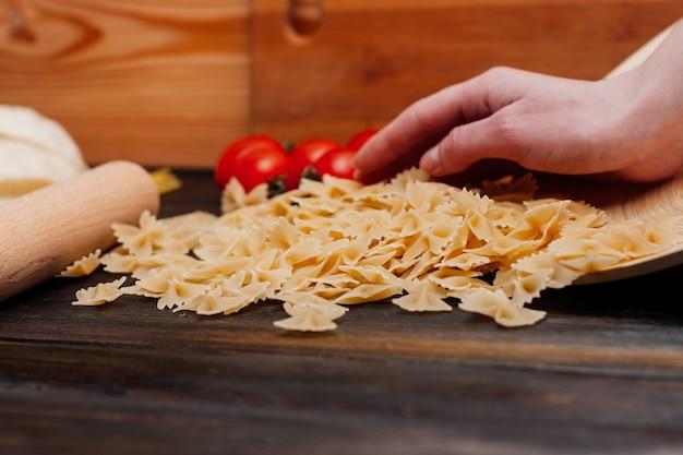 Pâtes cuisine italienne ingrédients sauce de cuisson table en bois