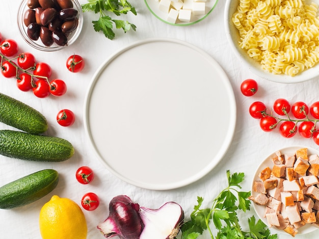 Pâtes dans une assiette avec des ingrédients pour la salade de pâtes