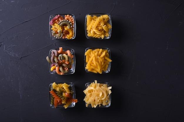 Pâtes diverses. concept de cuisine. vue de dessus.