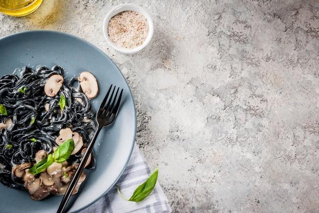 Pâtes d'encre de seiche noire aux champignons