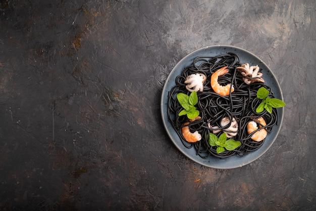 Pâtes à l'encre de seiche noire aux crevettes