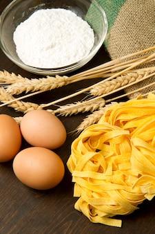Pâtes faites maison avec des ingrédients frais