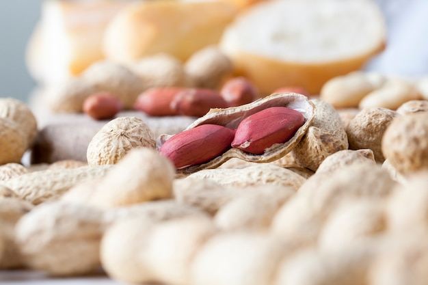 Des pâtes faites à partir de vraies arachides grillées et d'autres ingrédients autres que les arachides sont utilisés dans la pâte