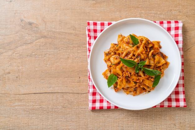 Pâtes farfalle au basilic et ail à la sauce tomate - sauce italienne