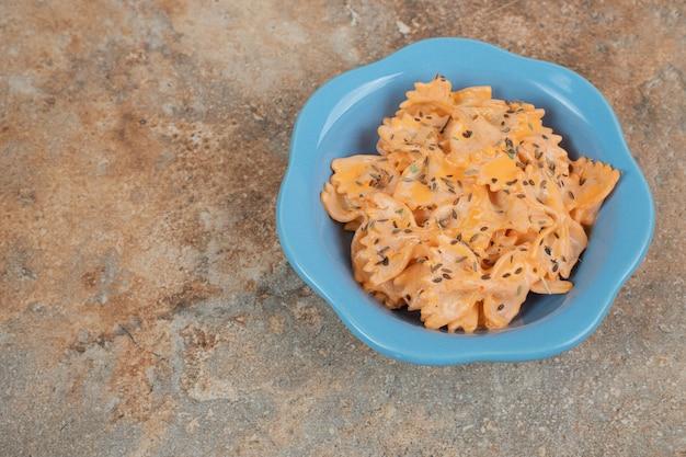 Pâtes farfalle avec sauce au fromage sur fond orange. illustration de haute qualité
