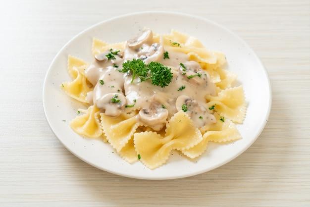 Pâtes farfalle avec sauce crème blanche aux champignons - style cuisine italienne