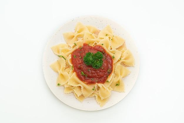 Pâtes farfalle à la sauce tomate avec persil isolé