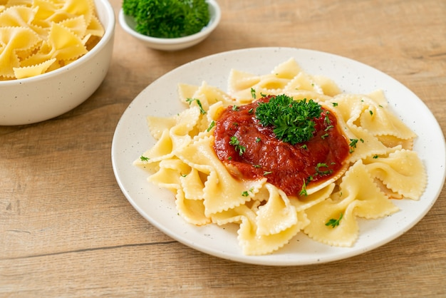 Pâtes farfalle à la sauce tomate avec persil - style cuisine italienne