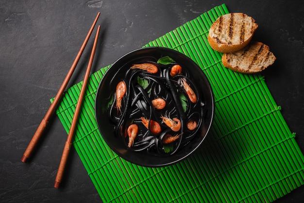 Pâtes fettuccine à l'encre de seiche noire avec crevettes ou crevettes