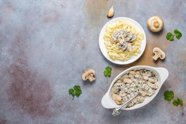 Pâtes fettucine au poulet et champignons, vue de dessus