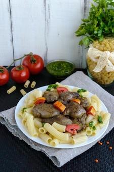 Pâtes et foie gras d'oie frit (poulet, canard) au pesto et tomate.