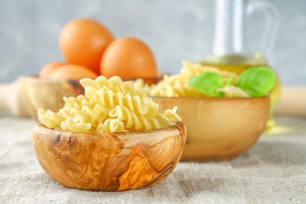 Pâtes en forme d'hélice ou de tire-bouchon. rotini macaroni. relatif à fusilli, mais a une hélice plus serrée