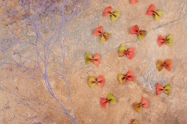 Pâtes fraîches non préparées sur fond de marbre. photo de haute qualité