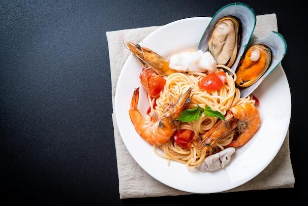 Pâtes de fruits de mer aux palourdes, crevettes, calamars, moules et tomates