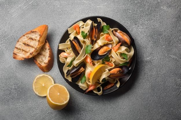Pâtes de fruits de mer italiens traditionnels aux palourdes spaghetti alle vongole sur fond de pierre