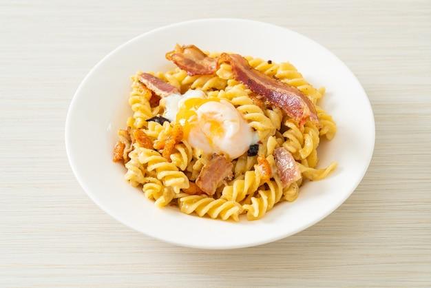 Pâtes fusilli carbonara bacon épicé - style cuisine italienne