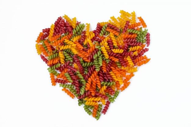 Pâtes fusilli multicolores en forme de coeur