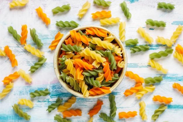 Pâtes fusilli végétales multicolores sans gluten.