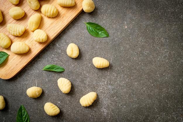 Pâtes gnocchis italiennes traditionnelles non cuites - style cuisine italienne