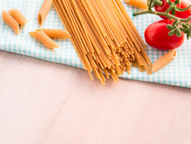 Pâtes de grains entiers avec tomates fraîches crues