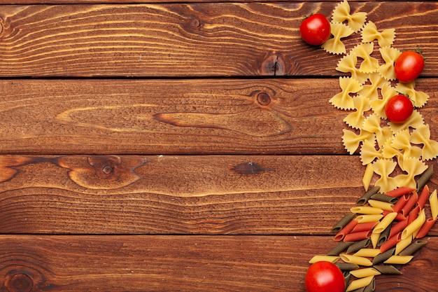 Pâtes et ingrédients avec espace copie de fond. vue de dessus.