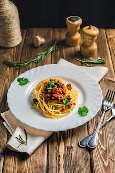 Pâtes italiennes boeuf bolognaise sur un bois