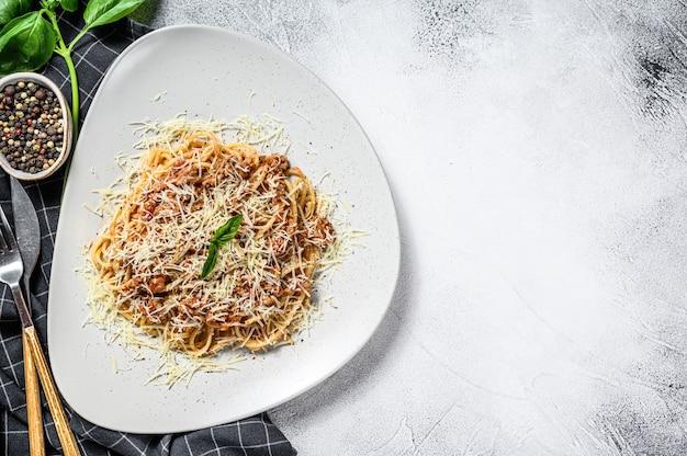 Pâtes italiennes à la bolognaise. spaghetti à la viande et sauce tomate dans une assiette. fond gris