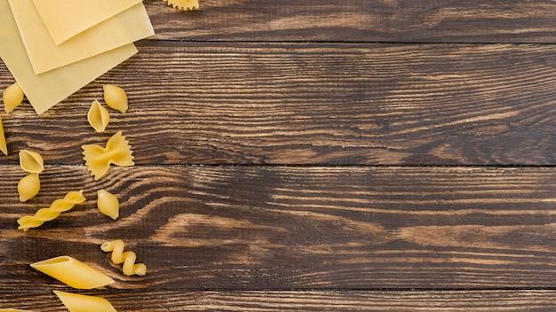 Pâtes italiennes sur le bureau avec copie-espace