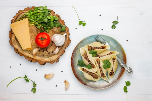 Pâtes italiennes conchiglioni rigati farcies à la viande.